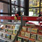 Auswahl auch für junge Besucherinnen und Besucher: ein Regal in der Stadtbibliothek am Gasteig.