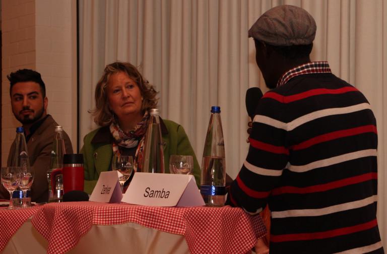 (Vizelandrätin Annette Ganssmüller-Maluche im Gespräch mit Samba (rechts) und Rony)