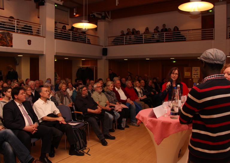 (Die stellvertretende Ortsvereinsvorsitzende Sabine Athen begrüßte die Gäste im Ratssaal des Wolf-Ferrari-Hauses)